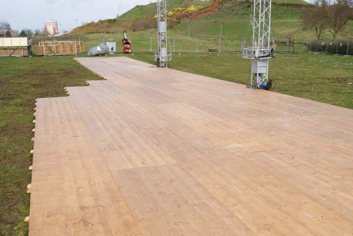Location de chapiteaux de cirques et mat riel de spectacle for Plancher bois exterieur