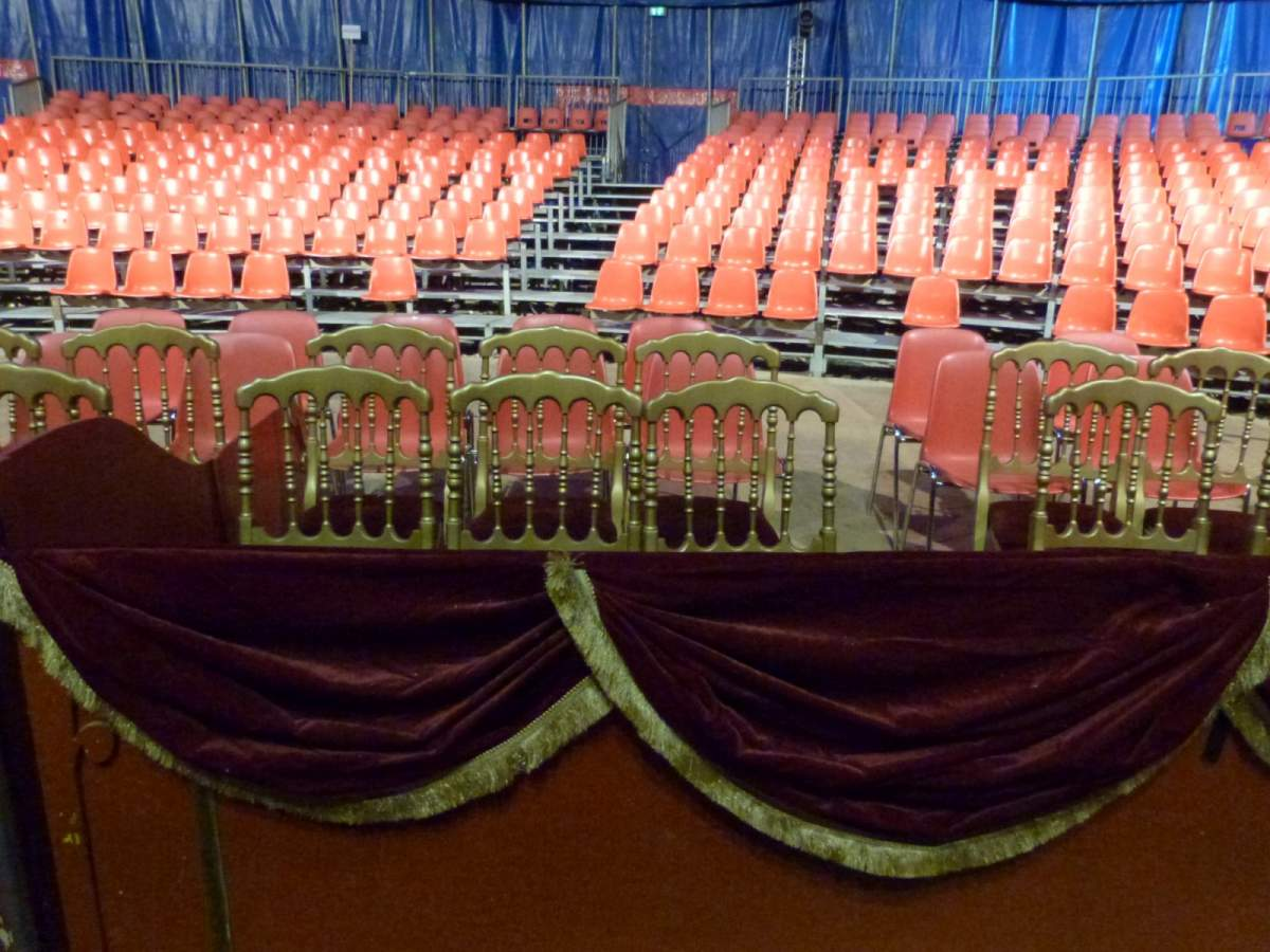 location chaises velours rouge pour spectacle